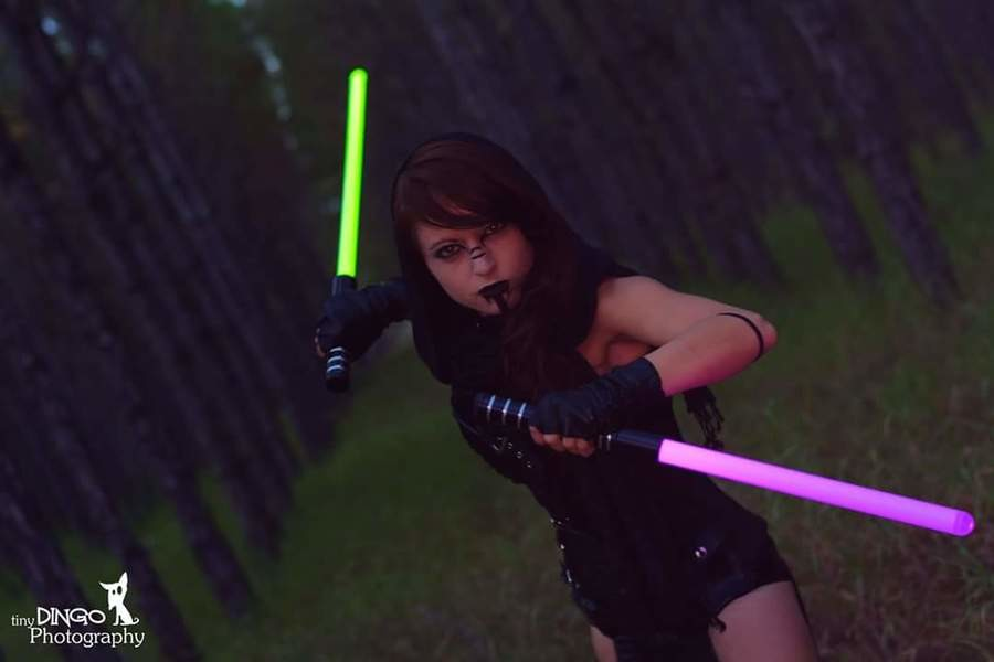 Funnyjunk Sith Cosplay. Model: Instagram: Photographer: . tin. those lightsabers are so tiny, tho.