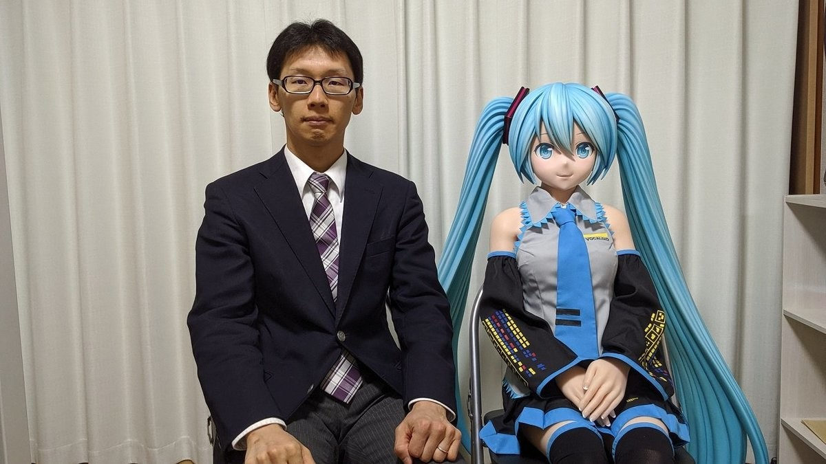 Local Man loves Miku. As far as I can tell from translating the text online, the guy bought a life-sized doll of Hatsune Miku to live with because he likes the