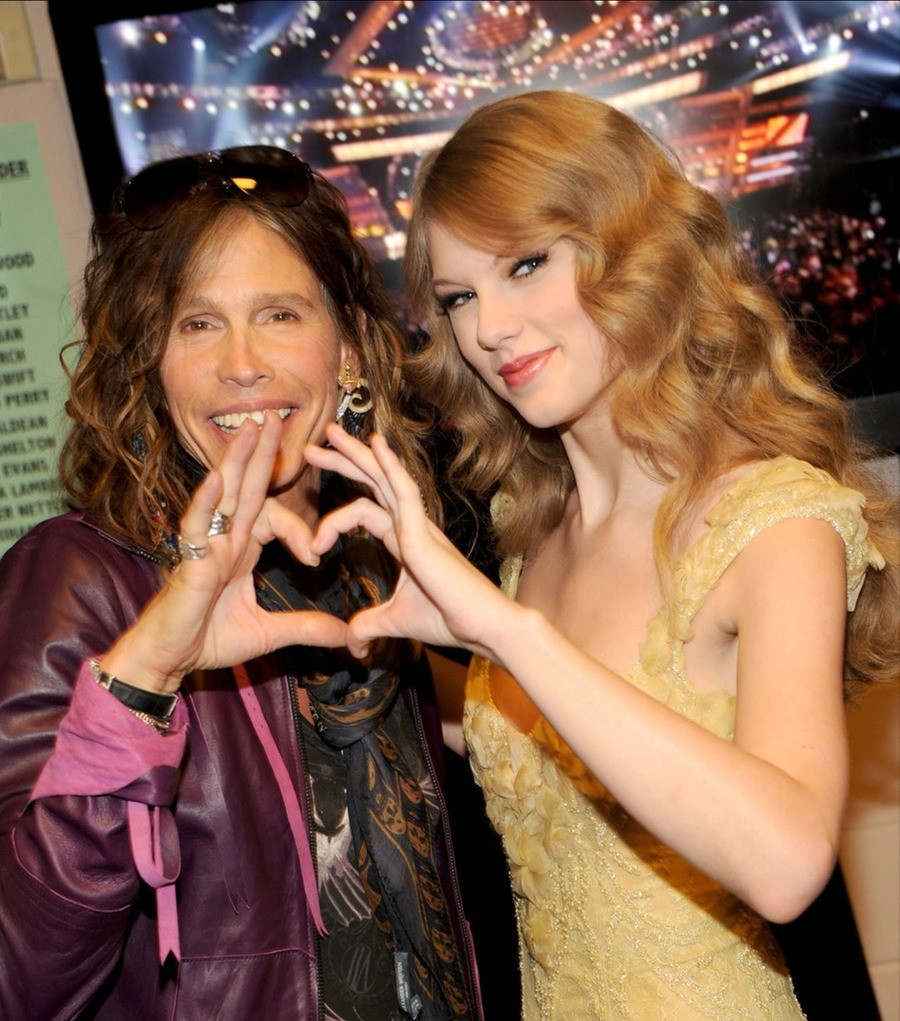 Pethany Kecariow Nougap. This photo of Taylor Swift and her mom really made my day .. As an aerosmith fan, why?