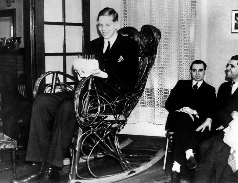 Tallest man in history. This kinda freaks me out. Source if anyone wants it: .. His name is Robert Wadlow, and he died in his 20's because he got an infection in his feet; his legs were so long that by the time he was able to tell something