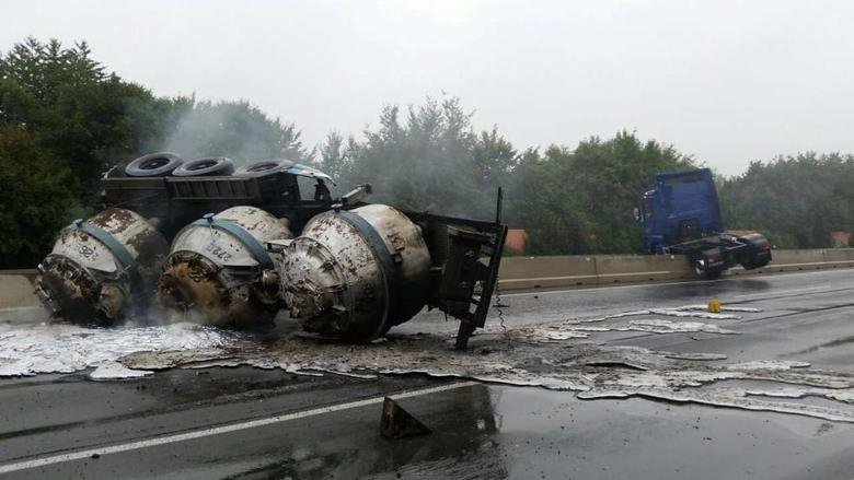 Truck with liquid aluminum crashes. I know a Terminator transfer unit when I see one,.