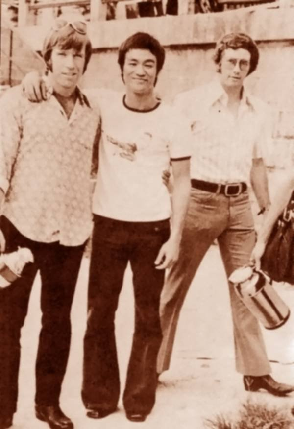 TWO EPIC GUYS IN ONE PIC. OMFG chuck norris and bruce lee.. i thought the guy at the right was john lennon